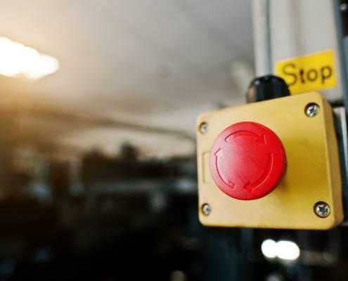 Bouton stop dans une salle des machines