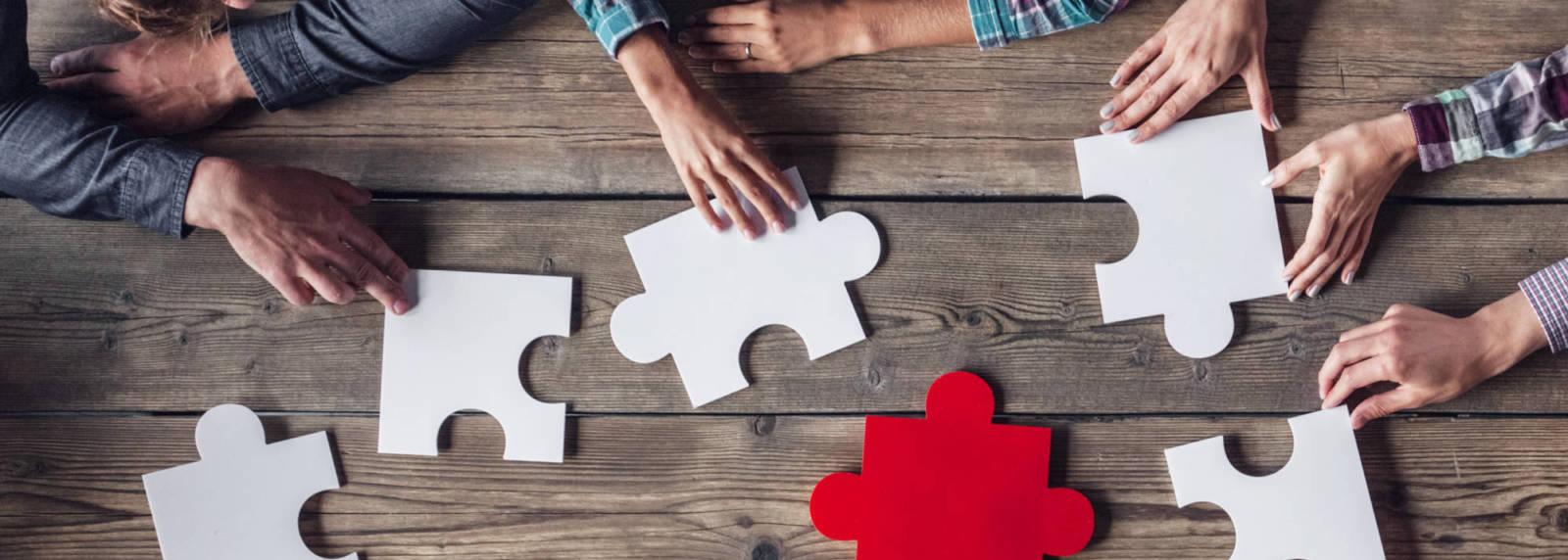 Travail d'équipe, groupe assemblant un puzzle